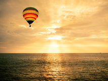 Gorące powietrze balon nad morzem przy zmierzchem Obraz Stock