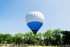 Gorące powietrze balon nad parkiem z niebieskim niebem Zdjęcia Royalty Free