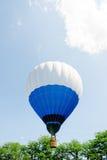 Gorące powietrze balon nad parkiem z niebieskim niebem Zdjęcie Stock