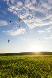 Gorące powietrze balon nad polem Obrazy Stock