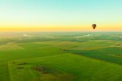 Gorące powietrze balon nad polem Zdjęcie Stock