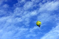 Gorące powietrze balon z chmurami Fotografia Royalty Free