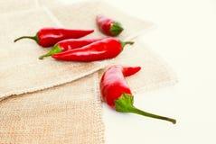 Gorącego chili pieprze na tkaninie zdjęcia stock