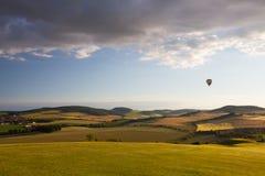 Gorącego powietrza balonowy latanie nad polem golfowym Zdjęcie Royalty Free