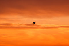 Gorącego powietrza balonowy latanie przy zmierzchu niebem Obraz Stock