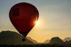 Gorącego powietrza balonowy latanie w Vang Vieng, Vientiane prowincja, Laos Obraz Royalty Free