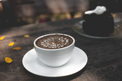 Gorącej czekolady latte sztuka na drewnianym stole Obrazy Royalty Free