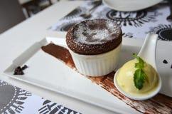 Gorącej czekolady Souffle z Waniliowym lody Fotografia Stock