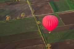 Gorący balon nad pole Obraz Royalty Free