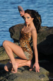 Gorący brunetki kobiety obsiadanie na jetty Zdjęcie Stock