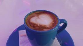Gor?cy cappuccino na stole zdjęcie wideo