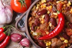 Gorący Chili con carne w garnka makro- odgórnym widoku Obrazy Royalty Free
