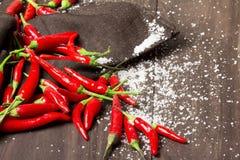 Gorący chili pieprze na drewnianym tle Obrazy Stock