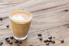 Gorący cukierniany latte na drewno stole Zdjęcie Royalty Free