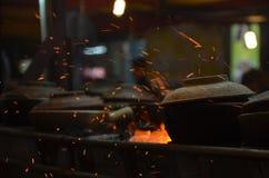 Gorący garnek na grillu z iskrami Zdjęcia Royalty Free