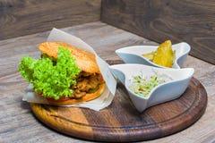 Gorący hamburger z kumberlandem na desce Zdjęcie Stock