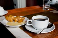 Gorący kawowy whit cukierki w ranku Zdjęcia Royalty Free