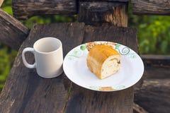 Gorący kawy i rodzynki chleb Obrazy Stock