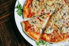 Gor?cy pizza plasterek z roztapiaj?cym serem na drewnianym stole obraz stock