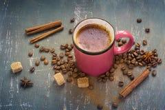 Gorących menchii kawowy kubek z cynamonem na starym ciemnym tle Obrazy Royalty Free