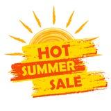 Gorąca lato sprzedaż z słońce znakiem, kolorem żółtym i pomarańcze rysującą etykietką, Zdjęcia Royalty Free
