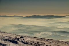 Gorce山剪影在雾海在日出波兰的 库存图片
