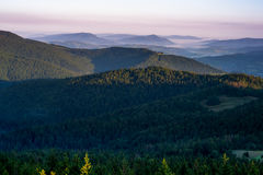 Gorce山和Beskid Wyspowy在黎明 免版税库存照片