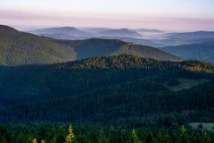 Gorce-Berge und Beskid Wyspowy an der Dämmerung Lizenzfreie Stockfotos