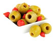 Gordal oliv med söta Piquante chilipeppar Royaltyfri Foto