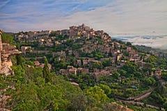 Gordes, Valchiusa, Provenza, Francia: paesaggio del vi medievale immagine stock