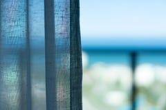 Gordijn bij het venster in de ochtend Overzees meningsconcept royalty-vrije stock fotografie