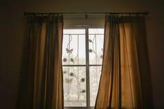 Gordijn bij slaapkamervenster met ochtendzonlicht in vakantie royalty-vrije stock foto