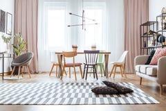 Gordijn in comfortabele woonkamer royalty-vrije stock foto