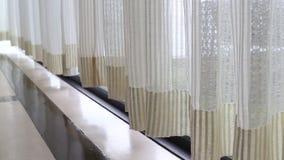 Gordijn naast het venster stock videobeelden