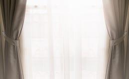 Gordijn op venster stock fotografie