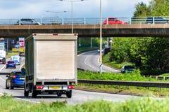 Gordijn side van truck op Britse autosnelweg in snelle motie stock afbeelding