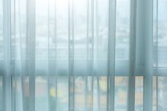 Gordijnbinnenhuisarchitectuur op venster stock fotografie