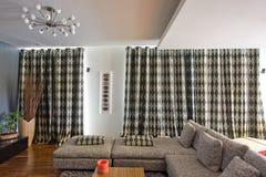 Gordijnen in een woonkamer Royalty-vrije Stock Foto