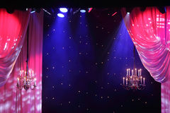 Gordijnen met verlichting en kroonluchters die in theater hangen. royalty-vrije stock fotografie