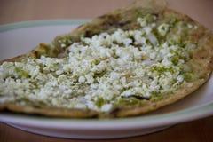 Gordita eller mexicansk sås med grön sås Arkivbild