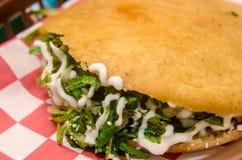Gordita mexicano tradicional sobre um sarape foto de stock royalty free