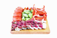 Gordura salgado crua da carne de porco com vegetais em uma placa de madeira Imagem de Stock Royalty Free