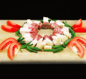 Gordura salgado crua da carne de porco com vegetais em uma placa de madeira Fotos de Stock Royalty Free