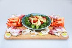 Gordura salgado crua da carne de porco com vegetais em uma placa de madeira Fotografia de Stock