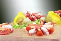 Gordura salgado crua da carne de porco com vegetais em uma placa de madeira Fotos de Stock