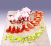 Gordura salgado crua da carne de porco com vegetais em uma placa de madeira Foto de Stock