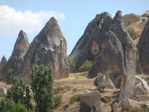 Goreme自然公园的奇怪的形式岩石典型全景在Capadoccia在土耳其 库存照片