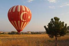 Goreme,卡帕多细亚,土耳其- 2017年8月16日:飞行在谷的五颜六色的热空气气球在卡帕多细亚,土耳其 免版税库存图片
