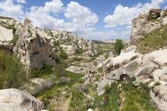 GOREME,土耳其- 2015年5月06日:山风景照片与洞的在岩石在Goreme国家公园  免版税库存照片