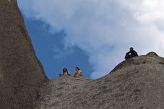Goreme, Cappadocia, die Türkei - 28. Juli 2012: Leute, die auf den Höhlenbewohner auf touristischem Führerausflug Spaß O erforsch Stockfotografie